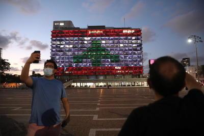 Ayuntamiento de Tel Aviv se ilumina en solidaridad con bandera de Líbano