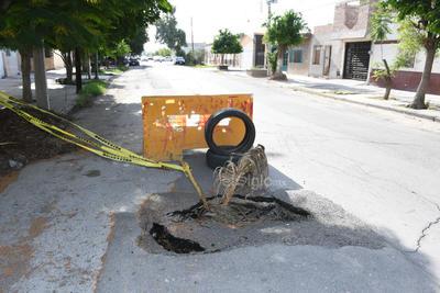 Vecinos cercanos a la avenida Corregidora y calle González Ortega, colocaron desde pedazos de palmas, palos y una llanta para que el hundimiento que apareció no se convirtiera en una trampa para los automovilistas.