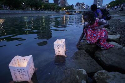 En el Parque de la Paz de Hiroshima, el primer ministro Shinzo Abe fue confrontado el jueves por seis miembros de grupos de sobrevivientes por no firmar el tratado de prohibición de armas.