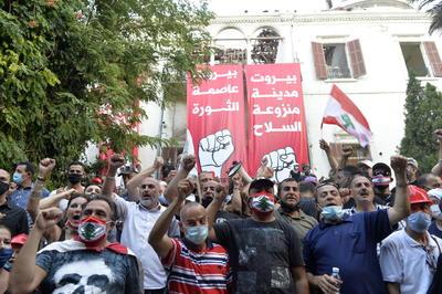 La manifestación convocada hoy bajo el nombre de 'Día del Juicio' contra el Gobierno y la clase política atrajo a la céntrica Plaza de los Mártires a miles de personas indignadas por la explosión del martes en el puerto de Beirut, que ha dejado hasta ahora 158 muertos y 6.000 de heridos.