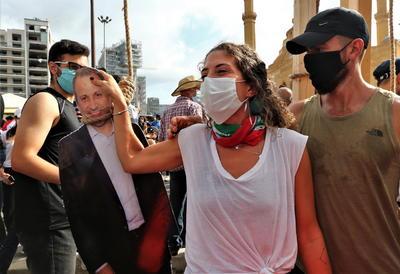 El amplio contingente de antidisturbios desplegado frente al Legislativo respondió a la acción lanzando bombas de gases lacrimógenos a los manifestantes, que a su vez arrojaron piedras a los uniformados.