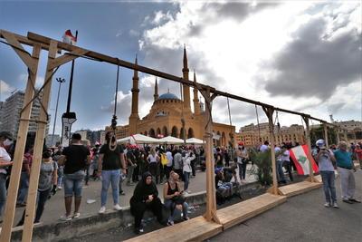 Televisiones locales han mostrado imágenes de un grupo de manifestantes tomando el Ministerio de Exteriores libanés, cuyo edificio fue duramente golpeado por la explosión del pasado martes.