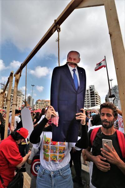 Desde allí, los manifestantes han leído proclamas y han llamado al cambio del régimen, al que acusan de la situación que vive el país.