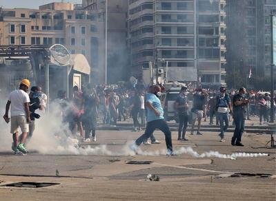 El Líbano atraviesa una gravísima crisis económica y política que incluso el día antes de la explosión había llevado al anterior ministro de Exteriores Nassif Hitti a dimitir afirmando que el país se dirigía a ser un Estado fallido.