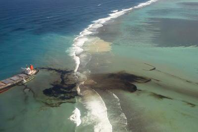 Las corrientes y el viento están cambiando y ahora nuevas zonas se están contaminando, dijo este domingo a Efe en conversación telefónica desde la zona afectada Mokshanand Sunil Dowarkasing, asesor ambiental en la isla de Mauricio y ex responsable de estrategias de la organización ecologista Greenpeace África.
