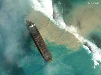 Derrame de petróleo en costa africana continúa causando estragos