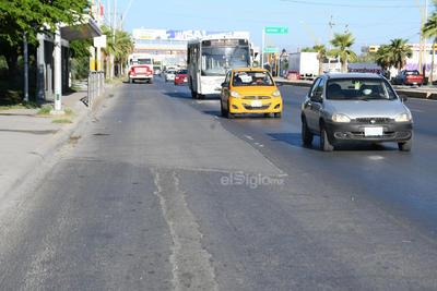 Las principales afectaciones en el carril de concreto de la ruta troncal del Metrobús se observan entre los ejidos La Joya y el Águila, casi a la altura de la Ciudad Universitaria de Torreón.