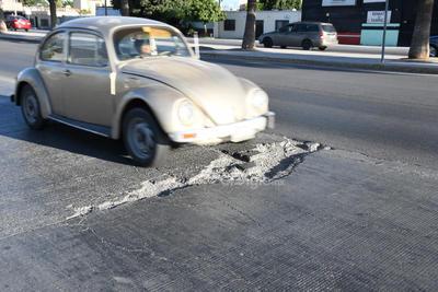 En ninguno de los casos se han colocado señales viales para advertir a los conductores sobre las afectaciones existentes en el carril de concreto del Metrobús Laguna.