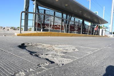 Conductores afirman que en algunos casos las fallas en el carril de concreto del Metrobús suponen un riesgo de accidente; piden que se hagan las reparaciones correspondientes.