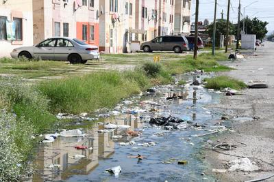 Fétidos olores. Además de los hogares vandalizados, el estancamiento del agua ha generado malos olores que sin lugar a dudas son un problema de salud para los habitantes, incluso hay plaga de moscas y mosquitos.