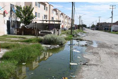 Mala calidad. El pavimento del sector habitacional también se encuentra en mal estado. Las inundaciones y el paso del tiempo han generado grandes baches y grietas que podrían dañar los autos o causar un accidente.