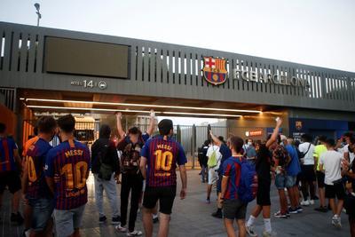 Aficionados del Barça invaden el Camp Nou para impedir salida de Messi