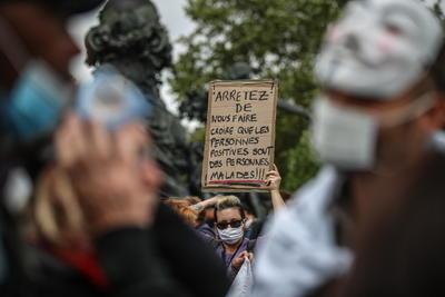 La concentración, la primera de este tipo en Francia frente a las movilizaciones multitudinarias que ya han tenido lugar en otros países, como España, Alemania o Estados Unidos, arrancó a primera hora de la tarde en la plaza de la Nación y fue rápidamente bloqueada por decenas de policías, que pusieron multas a quienes no llevaban mascarillas.