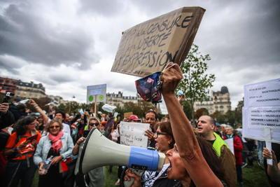 En un mensaje en Twitter, indicó que la Policía interpuso 123 multas de 135 euros a manifestantes por no llevar la mascarilla y detuvo a una persona por desacato y rebelión.