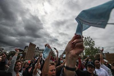 Generan protestas en París ante uso obligatorio de cubrebocas