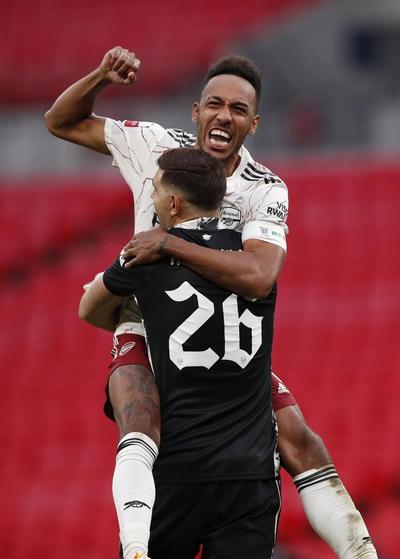 Sin prórroga, la resolución quedó para los penaltis. Primero marcó Salah para el Liverpool, luego igualó Reiss Nelson, Fabinho anotó el 1-2, Maitland-Niles hizo el 2-2... Y Brewster, que había entrado en el minuto 92, casi justo para los penaltis, envió su tiro al larguero. Después transformó Cedric Soares el 3-2 para el Arsenal, Minamino el 3-3, David Luiz en 4-3, Jones el 4-4 y todo quedó a expensas del último, el definitivo, de Aubameyang. No falló.