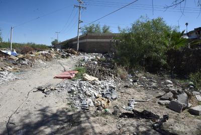 Descuido. Esta es una de las gráficas captadas por la lente de El Siglo de Torreón, captada en la orilla de la colonia Mayrán, atrás del Club Montebello.
