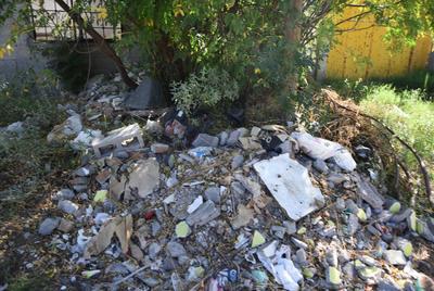 Fincas deshabitadas. En la avenida Hotel Posada del Río, entre calles de los Actores y Río Nazas, fue captada esta fotografía que muestra montones de todo tipo de basura a las afueras de una casa deshabitada, así como hay varias más en este sector habitacional, el cual luce muy descuidado.