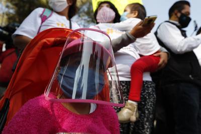 Protestan padres de niños con cáncer en La Raza por desabasto de medicamento