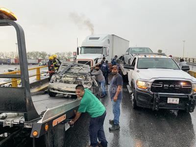 Carambola. En el periférico de Torreón, sobre el puente El Campesino, se registró una carambola donde participaron 14 vehículos y otros tres choques.
