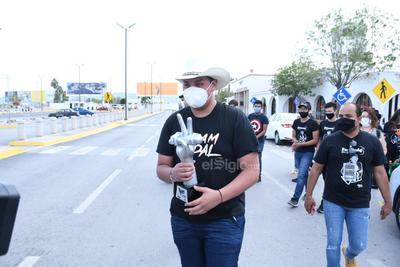 Familiares y fans reciben en Torreón a Fernando Sujo, ganador de La Voz Azteca