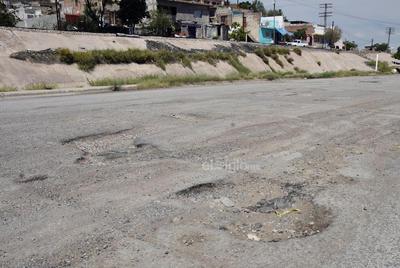 Baches. Los accesos al sector y las principales vialidades de la colonia tienen grandes hoyancos producto de la mala calidad del pavimento.