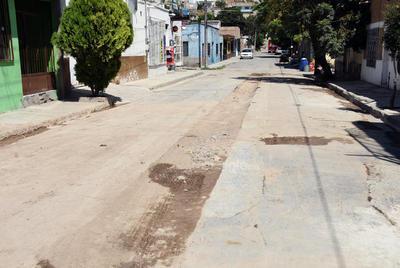 En pausa. La continuación de la introducción del drenaje no fue pavimentada, solo se aplicó una capa de arena que genera un desnivel, volviéndose una molestia para los automovilistas que por ahí circulan.