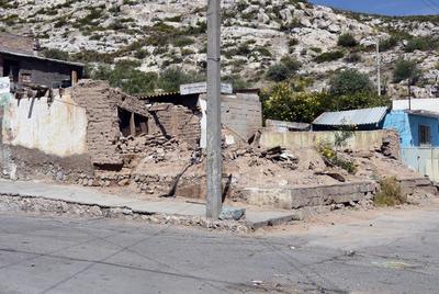 Desplome. Al pie del cerro, muchos hogares se han caído por el abandono, lo que se convierte en un peligro para los peatones del lugar.