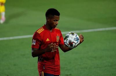 Ansu Fati, el atacante de 17 años del Barcelona, remeció las redes en la victoria 4-0 ante Suecia en la Liga de Naciones de Europa. También provocó un penal que Sergio Ramos, el caudillo de 34 años, facturó por gol en el partido disputado ayer en Madrid.