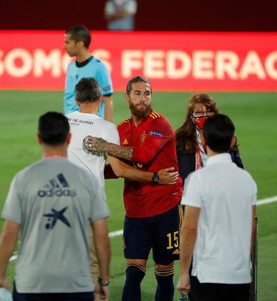 España quedó como líder de su grupo, un punto por encima de Ucrania. Alemania, que igualó 1-1 con Suiza ayer, marcha tercero.