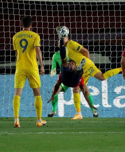 La Roja se salvó de la derrota cuando José Gayà anotó cerca del final para rescatar el empate 1-1 ante Alemania. Pero la victoria fue inapelable ante Ucrania. No habían transcurrido dos minutos cuando Fati hizo acto de presencia al provocar el penal que Ramos rubricó para el 1-0.