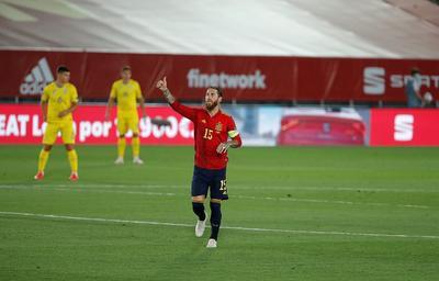 Ramos fue el autor del segundo. El defensor se elevó para marcar de cabeza y quedó octavo en la lista histórica de goleadores, con 23.