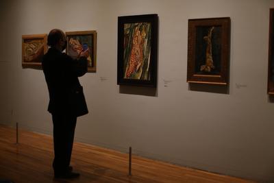 El París de Modigliani y sus contemporáneos, curada por Restellini, reúne 164 piezas de 40 artistas, y desde este martes podrá ser visitada por el público en el Museo del Palacio de Bellas Artes.