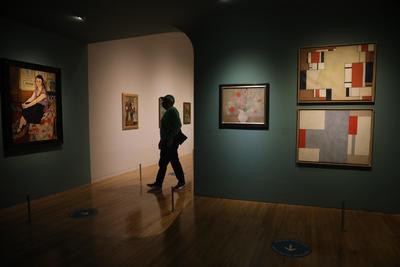 La exposición incluye también obras de Chaim Soutine, Maurice Utrillo, Moïse Kisling, André Derain y Suzanne Valadon; así como de artistas mexicanos que fueron cercanos de Modigliani en París, como Diego Rivera, Ángel Zárraga y Benjamín Coria.