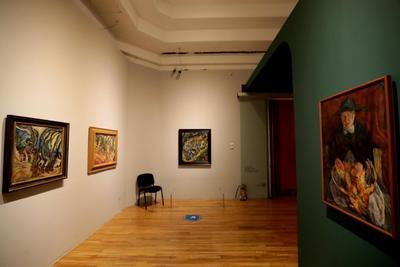 El París de Modigliani y sus contemporáneos, que se presenta en el marco del centenario de la muerte del artista italiano Amedeo Modigliani (Livorno, Italia, 1884- París, Francia, 1920), podrá visitarse en las salas del primer y segundo piso del recinto, de 11 a 17 horas, de martes a domingo, y con medidas de sana distancia y número de usuarios por sala dada la pandemia por Covid-19.