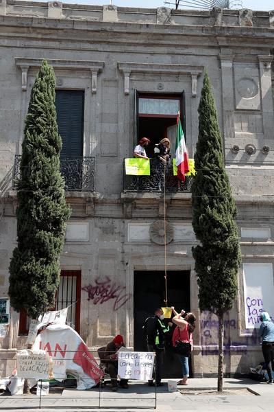 Colectivos Feministas toman instalaciones de la CNDH; piden cambio