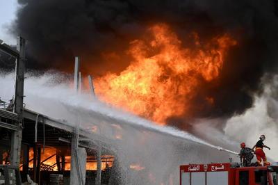 Una gran humareda negra que se eleva sobre el puerto es visible desde toda la ciudad y los bomberos y equipos de la Defensa Civil libanesa están en el lugar extinguiendo el fuego.