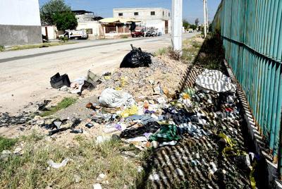 Alrededores. El terreno del antiguo estadio Corona se ha aprovechado para vandalizarlo y convertirlo en un basurero y tiradero de escombro.