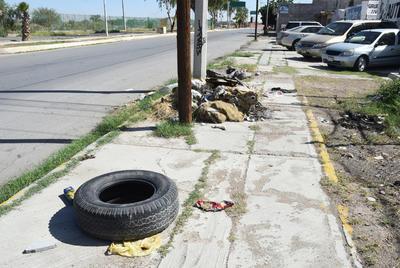 Sin respeto. Una mala práctica es el tirar basura; ejemplo de ello es la acumulada en las banquetas de la Calzada  Profesor Ramón Méndez, donde avientan desde llantas hasta sillones.