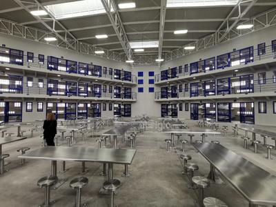 Reclusión. Así son las celdas que ocuparán las personas privadas de su libertad, con sus respectivos espacios de baño y aseo. Cuenta con dos naves industriales, una puede ser dividida en tres y la otra en dos, para asentar talleres.