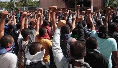 Cerca de cumplirse 6 años del caso Ayotzinapa, protestan en instalaciones de Congreso de Guerrero