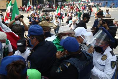 Integrantes de Frenaaa instalan plantón en el Zócalo