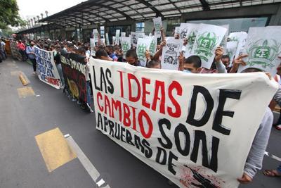 Jóvenes realizan pintas en edificio del CJF por caso Ayotzinapa