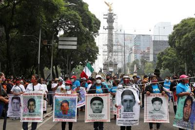 Realizan marcha en la CDMX para exigir justicia a 6 años del caso Ayotzinapa