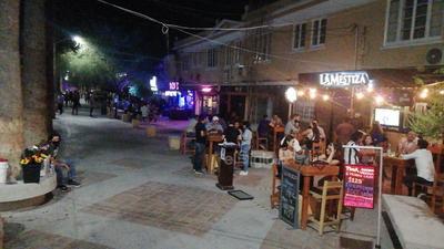 """Corredores. El Paseo Morelos volvió a """"respirar"""" luego de varios meses de que la vida nocturna se detuviera por la pandemia del COVID-19, por lo que familias completas se dan cita en lo ancho de esta icónica avenida."""