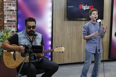 """El """"Príncipe de la canción"""" cuenta con fans de todas las edades y para muestra basta un botón. El pequeño Josepi Montaña, hijo de la cantante Chary Aranzabal, es seguidor del legado del intérprete, así que no faltó al tributo."""