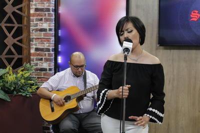"""""""Siento que José José nos dio muchas canciones que a través de los tiempos tenemos la oportunidad de cantar, es bonito ver como incluso los cantantes nuevos siguen entonándolas"""", dijo antes de entregar  Lo pasado, pasado acompañada del músico Rubén Orona."""