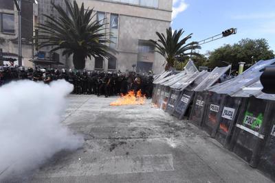 Entre enfrentamientos mujeres se manifiestan en CDMX para exigir aborto legal