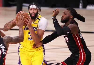 Anthony Davis anotó 34 puntos al debutar en finales, James agregó 25 unidades, 13 rebotes y nueve asistencias, y los Lakers de Los Ángeles apabullaron al Heat de Miami por 116-98 el miércoles.