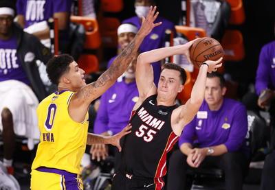Kentavious Caldwell-Pope añadió 13 tantos, Danny Green sumó 11 y Alex Caruso terminó con 10 para los Lakers, que regresaron a la final tras una ausencia de una década y enviaron un claro mensaje. James y sus equipos tenían foja de 1-8 en el primer encuentro de las finales, con derrotas en cada uno de los últimos siete primeros partidos.